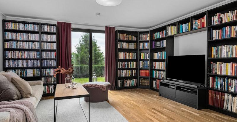 Kjellerstue/bibliotek med utgang til hage