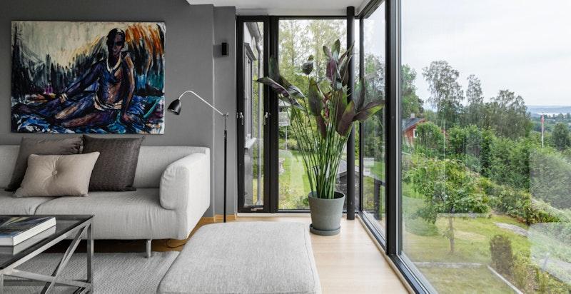 Karnap med takhøye vinduer, fantastisk lysinnslipp og man kan nyte utsikten til omgivelsene