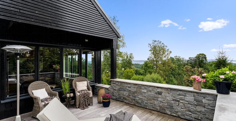 Stor terrasse på boligens syd/vest side med meget gode solforhold og hyggelig utsikt. Privat og avskjermet fra omgivelser