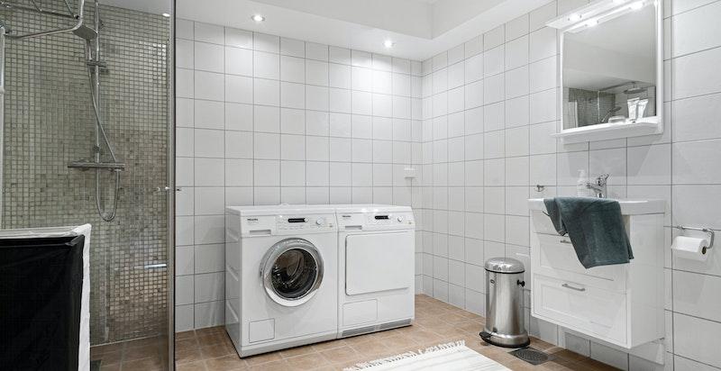 Romslig bad i u. etg. med opplegg for vaskemaskin og tørketrommel.