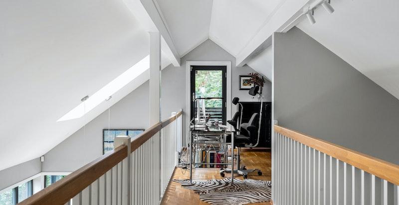 Loftsetasjen er en mezzanin med utsikt til stuen.