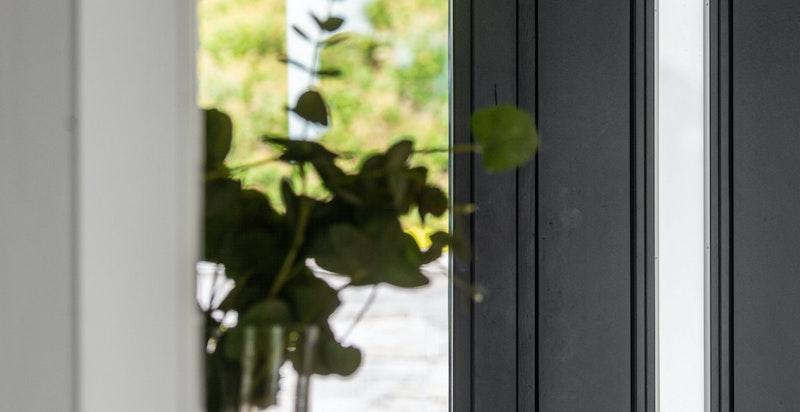 Boligen har en fantastisk gjennomført arkitektur som må oppleves på visning - fra inngangsdøren kan man se rett på utsikten