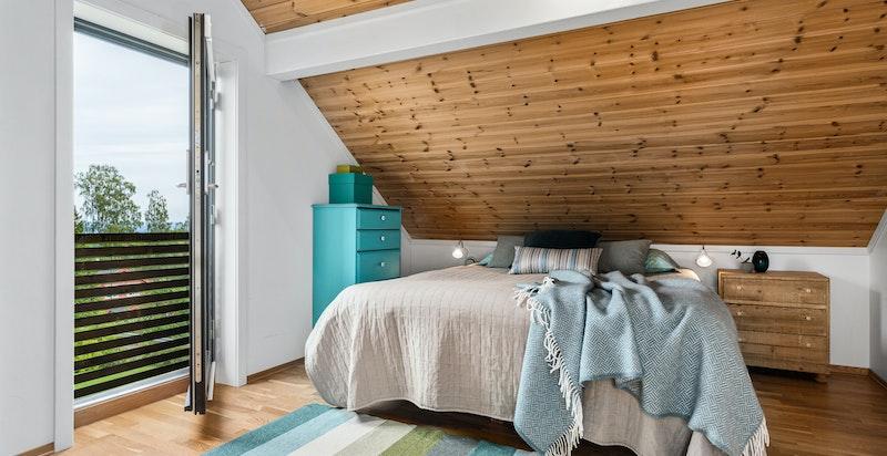 Loftet har eget innredet rom (innredet som soverom, men ikke byggemeldt som varig opphold)