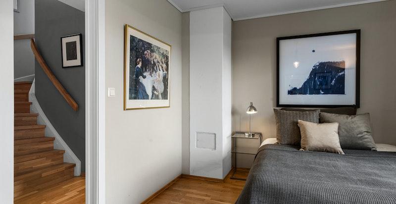 U. etg. har 3 store soverom, 2 bad og vaskekjeller, kjellerstue, boder og trimrom.