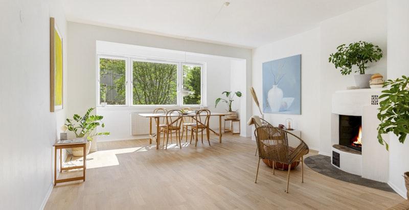 Lys, usjenert og svært tiltalende stue med peis og utgang solrik balkong