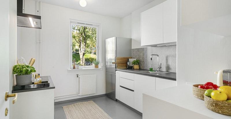 Oppgradert kjøkken (sommer 2021) med integrerte hvitevarer og plass til frokostbord