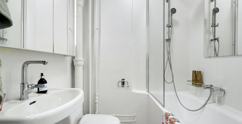 Eldre men velfungerende bad med badekar