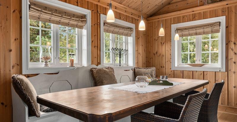 På kjøkkenet er det god plass til spisebord.