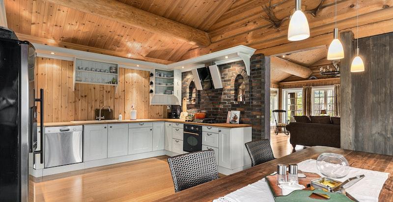Innbydende kjøkken med integrerte hvitevarer. Frittstående kjøl/frys.