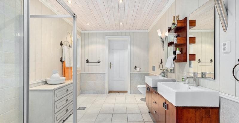 Stort baderom med inngang til vaskerom