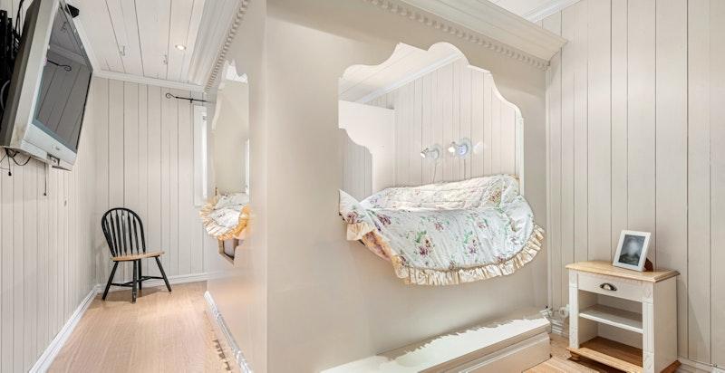 Soverom 1 - romslig hovedsoverom med plassbygd seng