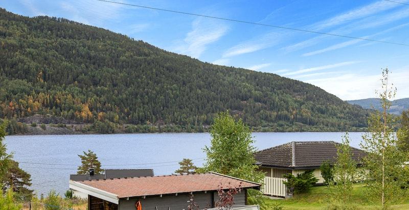Eiendommen meget god beliggenhet med fin utsikt mot bl.a. Norefjell, Krøderfjorden og omkringliggende områder.