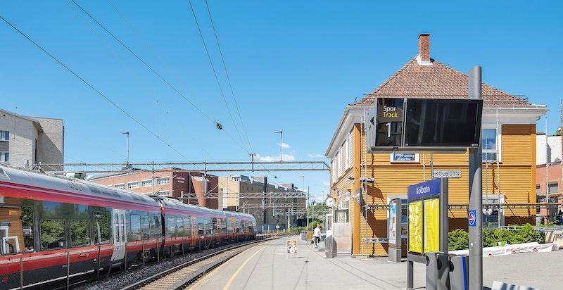 Det er kort gangavstand til togstasjonen med hyppige avganger til bl.a. Oslo.