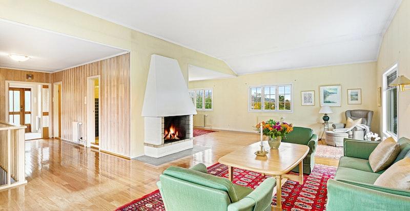 Den store stuen har ekstra takhøyde, noe som gir rommet et luftig preg