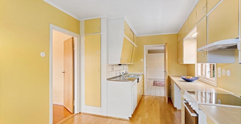 Kjøkkenet har original innredning fra byggeåret
