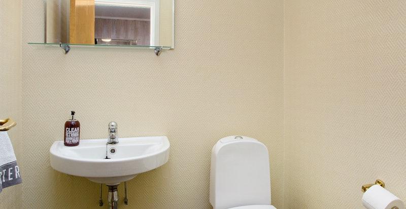 Separat toalett med servant i 1.etg.