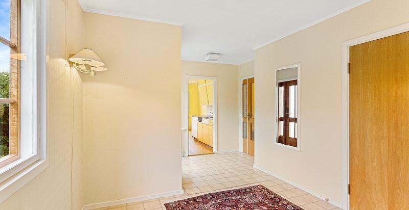 Hallen var opprinnelig soverom, og kan lett tilbakestilles, slik at det blir 4 soverom på samme plan