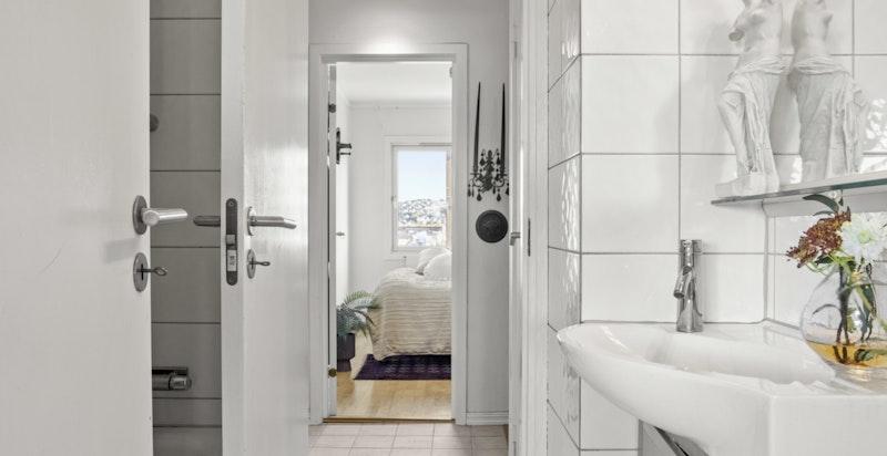 Baderommet har både tilgang fra gangen med praktisk adkomst fra soverommene, samt inngang på andre siden fra kjøkkenet.