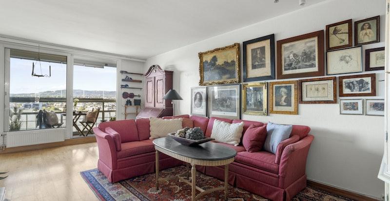 Stuen har god plass til sofaseksjon med flere ulike møbleringsmuligheter.