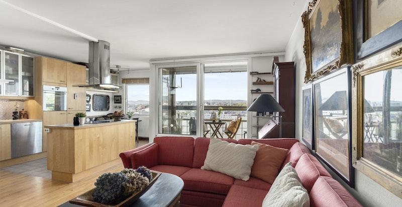 De store vindusflatene slipper inn rikelig med naturlig sollys, og gjør stuen og kjøkkenet til et lyst og behagelig oppholdsrom.