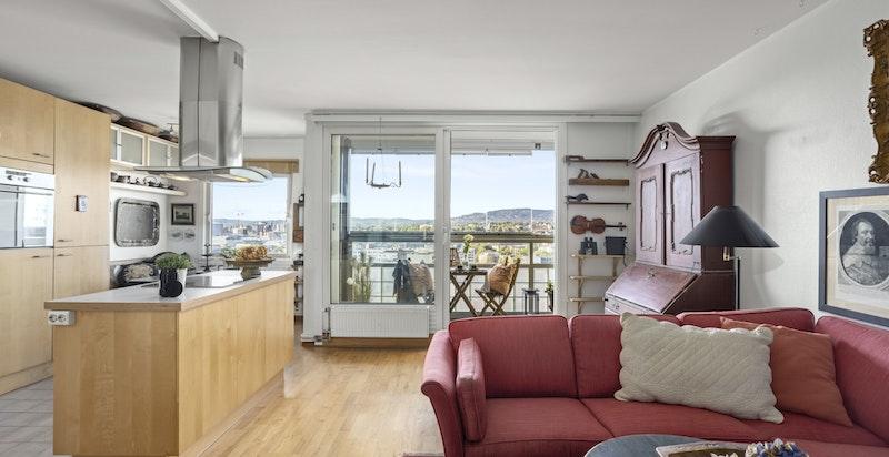Innvendig har boligen en god romløsning med en åpen og sosial stue/kjøkkenløsning.