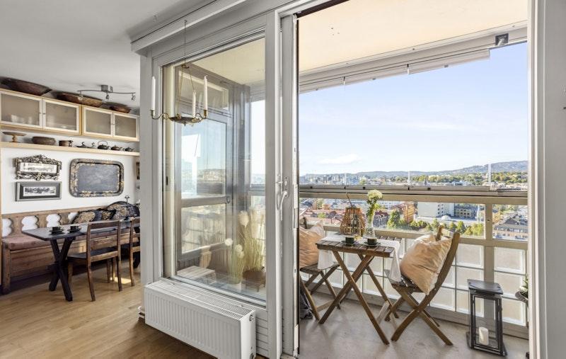 Balkongen blir en perfekt forlengelse av stuen når skyvedøren åpnes.