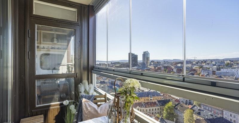 Leiligheten ligger høyt og fritt i byggets 13./14.etasje med nydelig og innglasset balkong med utgang fra stuen.