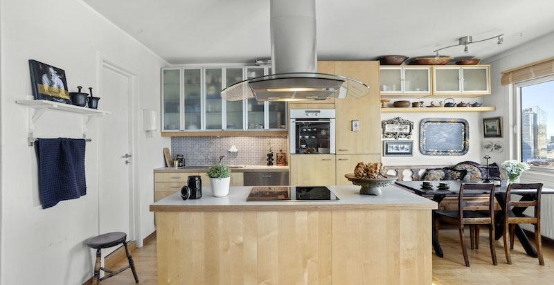 Kjøkkenøyen er i tillegg fint plassert - både mot stuen og mot spiseplassen.