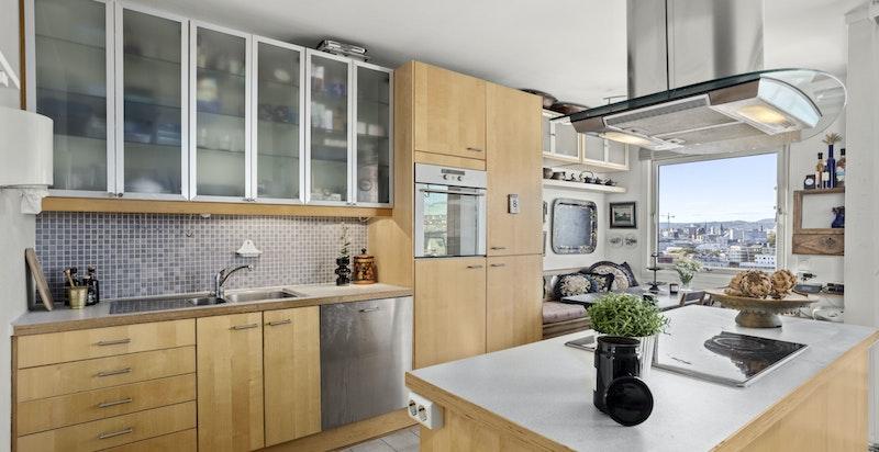 Kjøkkener er praktisk utformet med både skap- og benkeplass til matlagingen.