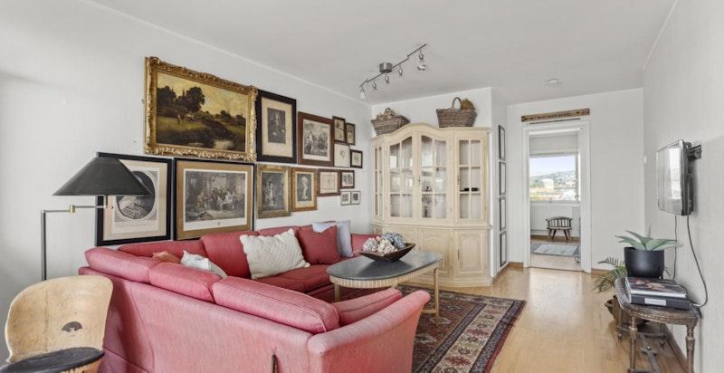 Innvendig holder boligen en noe eldre standard - en perfekt mulighet til å gjøre dette om til din drømmeleilighet.