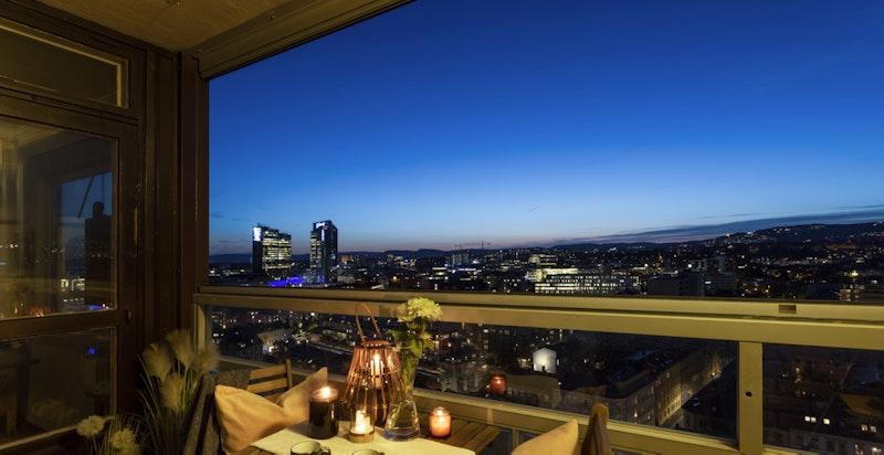 Balkongen er et fantastisk sted å tilbringe både solfylte sommerdager og sene kvelder på.