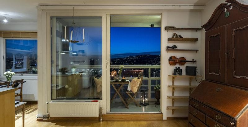 Svært praktisk skyvedør fra stuen og ut til balkongen som gjør adkomsten enkel og behagelig.