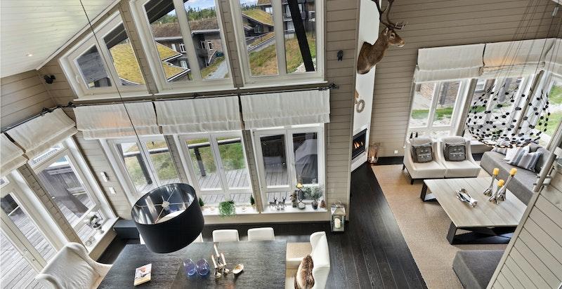 Sjenerøst spisekjøkken med utgang stor solrik terrasse. Store glassflater mot sør og vest.