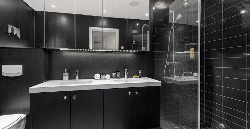 Eksklusivt hovedbad m/doble servanter i silestone benk og stor dusjsone