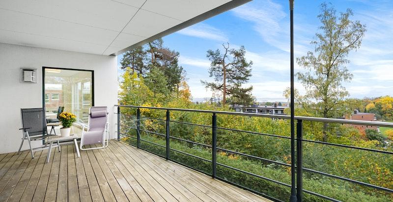 Velkommen til Øvre Ullern Terrasse 3C, en stor og pen endeleilighet på 145/148 kvm i et flott nyere boligkompleks fra 2010