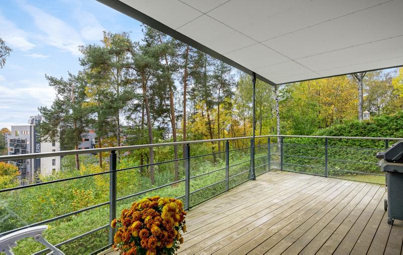 Fra stuen er det utgang til terrasse er på hele 22 kvm som vender mot syd og vest