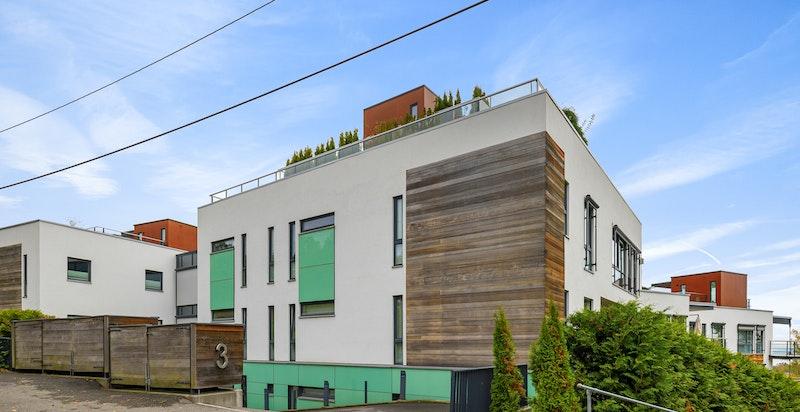 Sameiet består av 15 selveier leiligheter. Det er gangavstand til t-bane på åsjordet, nærbutikk, cafe etc