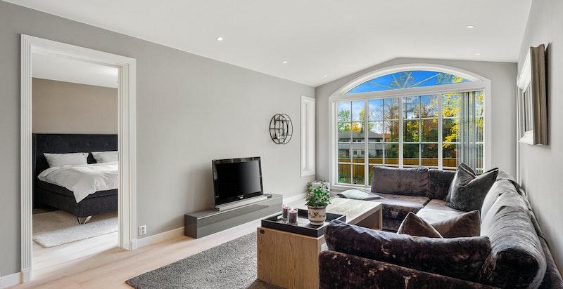 Boligen har solskjerming, screens på stort vindu i 2 etg, et vindu på kjøkken, et vindu på hybel og markise ut fra terrassedøren.