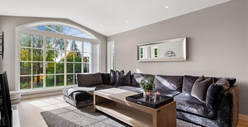 Loftsstue med store vinduer ut til hagen og terrassen
