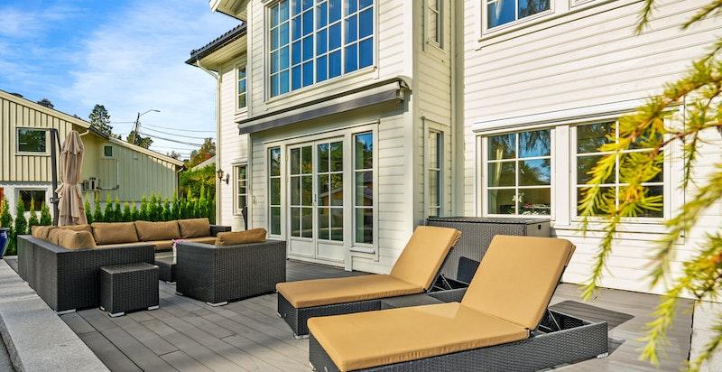 Romslig terrasse med meget gode solforhold. Omkringliggende hage