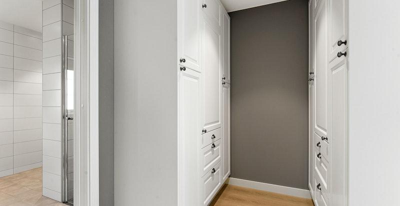 Walkin closet tilhørende hovedsoverom