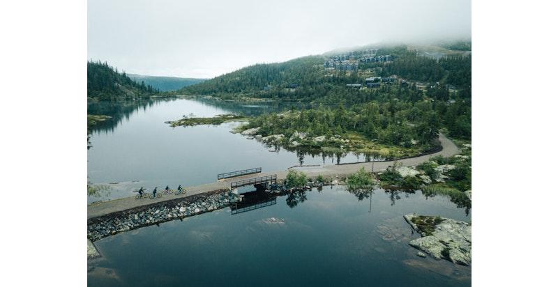 Flotte gang- og sykkelstier rundt Kvitåvatn ved Gaustatoppen som fører videre opp på høyfjellet