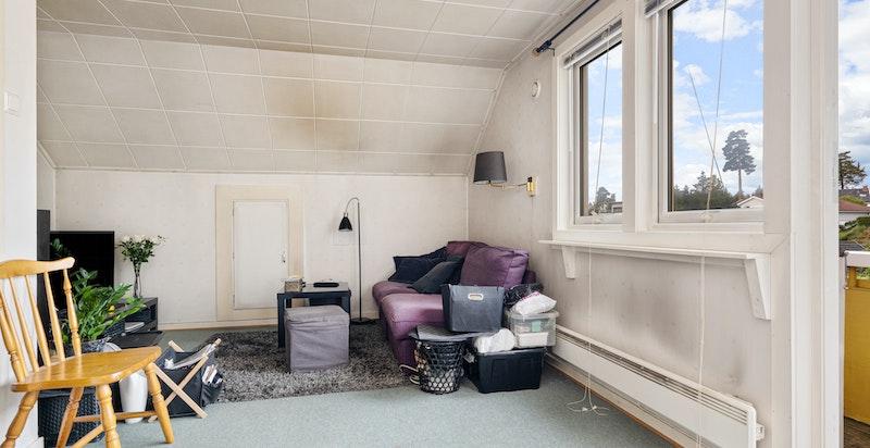 2. etasjen består av eget kjøkken, bad, stue med balkong og soverom.