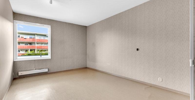 Romslig soverom med god plass til dobbeltseng og annet ønsket møblement.