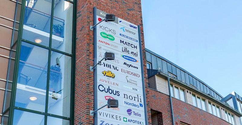 Asker sentrum har et rikt servicetilbud med butikker, restauranter, kafeer, spisesteder, barer, m.m.
