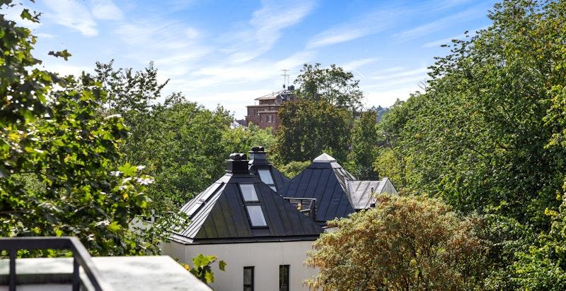 Nydelig utsyn fra takterrassen mot vakre og grønne omgivelser.