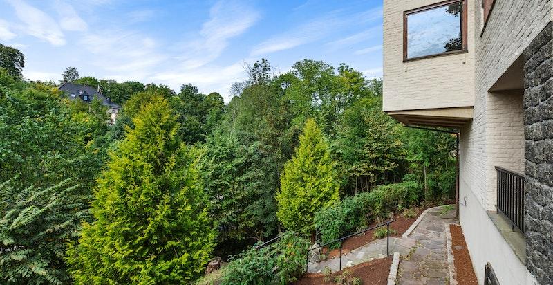 Eiendommen ligger fint til på dels naturtomt og grenser mot Frognerbekken i vest med flott utsikt.