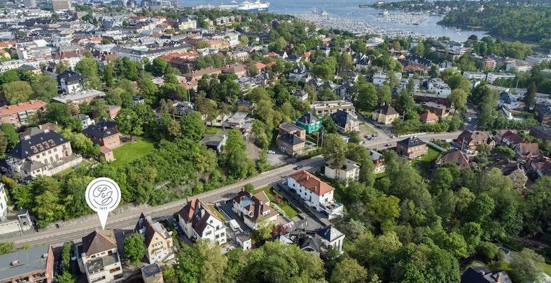 Boligeiendom sentralt beliggende i et etablert og populært boområde på Frogner med vesentlig villa - og bygårdsbebyggelse fra slutten av 1800-tallet/begynnelsen på 1900-tallet.