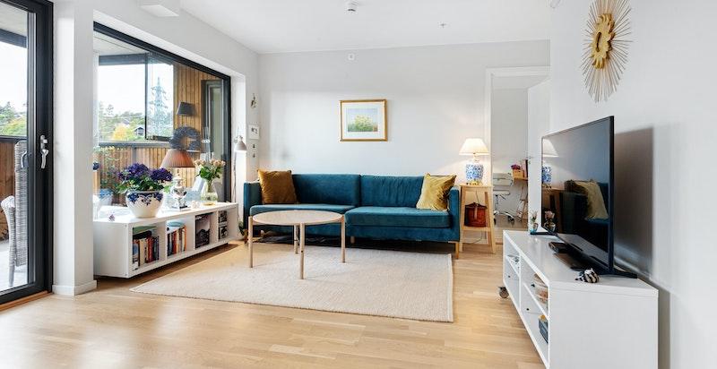 Stuen er lett å møblere, og har god plass til både sofaseksjon og spisebord.