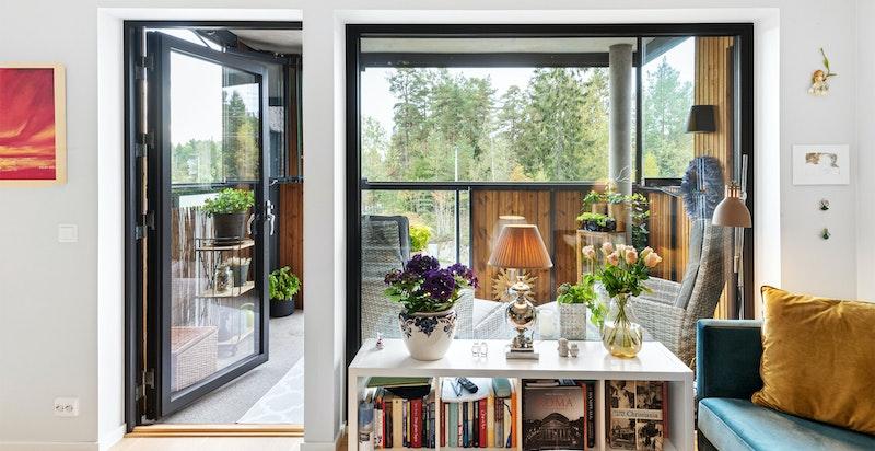 Store vindusflater er gjennomgående i hele leiligheten.